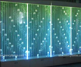 Vách ngăn bong bóng nước đổi màulà một mảng trang trí nước dành cho không gian nội ngoại thất, được làm Acrylic, kính cường lực có độ trong suốt cao , chứa đầy nước bên trong. Các bọt nước được đẩy lên trên và được kết hợp hiệu ứng đèn LED nhiều màu đảm bảo sự sáng tạo trong trang trí nội thất. Đơn vị chuyên tư vấn thiết kế, thi công các thiết bị nội ngoại thất phong thuỷ, tường bong bóng, vách ngăn nghệ thuật bằng nước cao cấp Video vách ngăn bong bóng nước đổi màu Quy trình làm việc vách ngăn bong bóng nước đổi màu Là nhà sản xuất các sản phẩm tường nước, vách trang trí bọt nước làm bằng Acrylic kính cường lực có độ trong suốt cao. Chúng tôi cung cấp dịch vụ thi công, bắt đầu từ việc khảo sát khu vực lắp đặt, thiết kế lựa chọn vật liệu phụ phù hợp với tổng thể từng công trình. Thời gian sản xuất từ 10 đến 20 ngày tùy theo từng kích thước và được lắp đặt trong vòng 1 ngày tại công trình bởi đội ngũ lắp đặt giàu kinh nghiệm của chúng tôi. Chi tiết sản phẩm Loại sản phẩm : Vách trang trí bọt nước Nơi xuất xứ: Việt Nam Chất liệu: Acrylic trong suốt Loại kim loại: Thép không gỉ Màu khung: tùy chọn Tính năng: trang trí bọt nước kết hợp đèn LED Cách sử dụng: Sử dụng cho trang trí nhà ở, văn phòng làm việc, nhà hàng , khách sạn , karaoke,... Hộp kỹ thuật : Ván nhựa 18mm Độ dày tấm panel : 30-80mm Giao hàng trong 20 ngày làm việc Tất cả các mặt hàng của chúng tôi được đảm bảo và có bảo hành (từ 01 đến 03 năm). Vách trang trí bọt nước nâng cao Kích thước: tùy chỉnh theo yêu cầu Hiệu ứng phun bọt được lập trình và nạp vào mạch điều khiển. Hàng trăm hiệu ứng hiển thị bọt được lập trình, có thể tùy chỉnh. Đèn LED: Thay đổi màu sắc - Chế độ màu RGB Những câu hỏi thường gặp vách ngăn bong bóng nước đổi màu Câu hỏi 1: Bảo hành như thế nào? Bảo hành từ 01 đến 03 năm Câu hỏi 2: Vách trang trí bọt nước được sử dụng ở đâu? Vách trang trí bọt nước được trang trí rộng rãi trong văn phòng, nhà ở, khách sạn, Bar, Karaoke, Nhà hàng, trung tâm thương mại, siêu thị,... Đối với các dự án gia